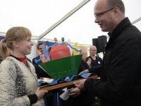 Roskilde Kommunes borgmester, Joy Mogensen, fik overrakt prisen af borgmester Jørn Pedersen fra Kolding Kommune, som vandt prisen sidste år.   Foto: Danjal Arge, TV-Glad