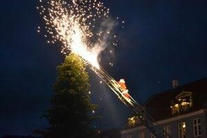 Endelig lykkedes det julemanden at få tændt træet.