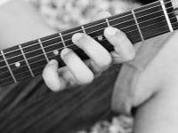 Skal du havde hjælp til reparation af guitar og bas