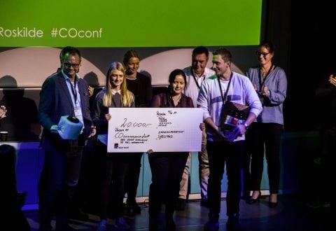 I alt 19 innovatører pitchede deres løsningsforslag til de lokale udfordringsgivere. Her er det repræsentanter fra myretue der modtager prisen på de 20.000 for løsningen der bidrager bedst til at nå FN's Verdensmål. Foto:
