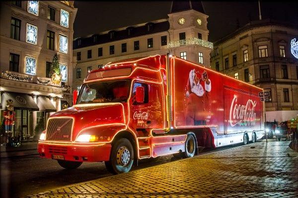 Coca-Cola julelastbilen besøger Viby Sj.