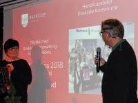 På billedet ses vinderen Tina Thorsted og formanden for håndicaprådet i Roskilde Kommune, Peter Vonsild. Det var Tinas medarbejder Janni Jensen, der havde indstillet hende.