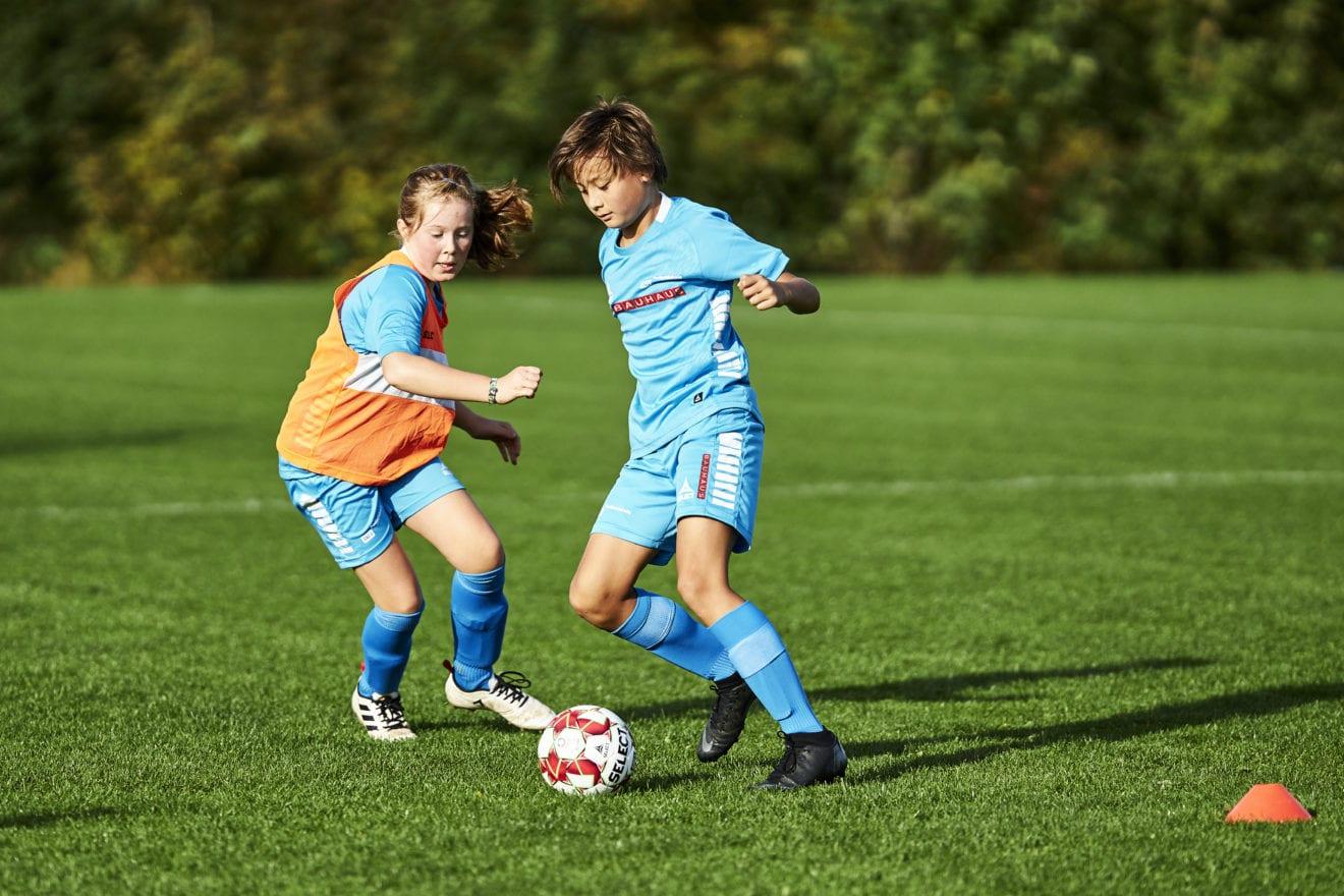 Jubel på boldbanerne: Der er grønt lys til sommerens fodboldskoler