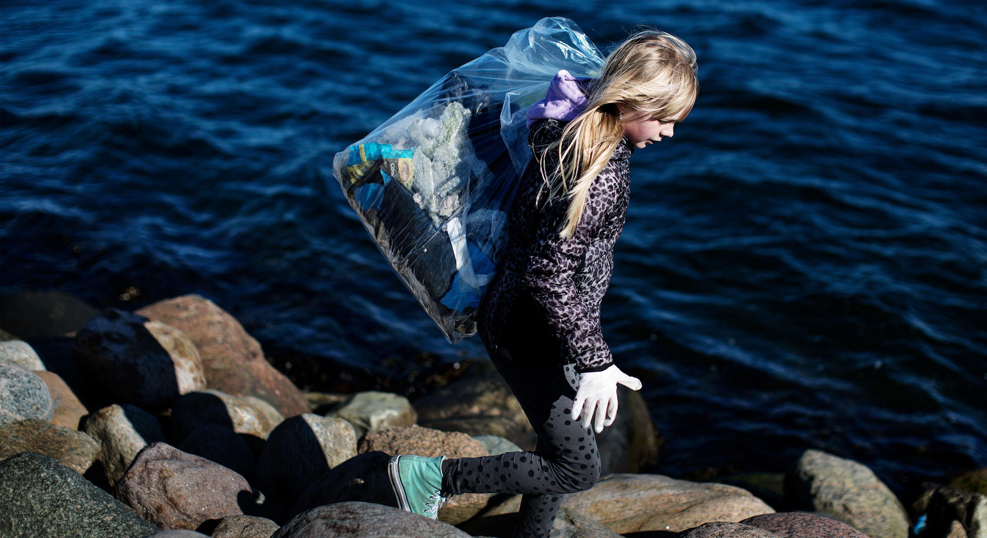 Lørdag samles affald langs fjorden