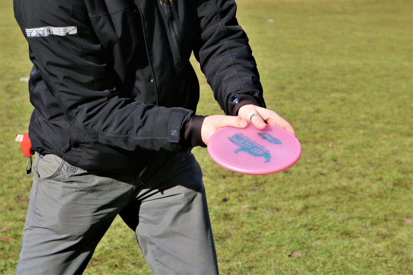 Kast med frisbees og nyd naturen