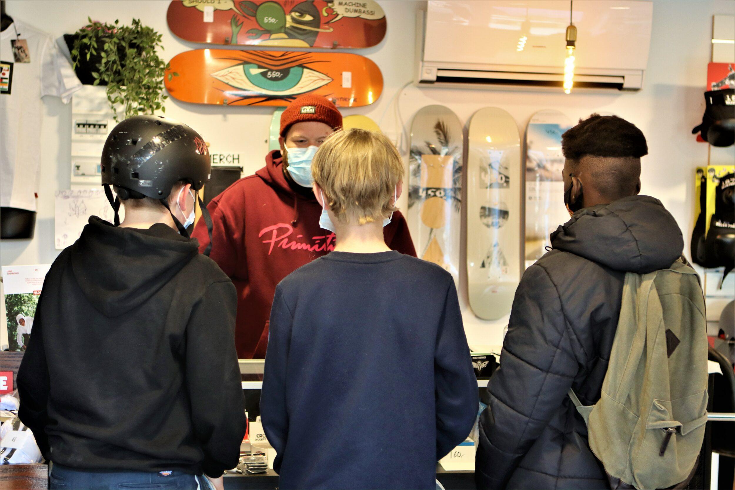 Skateboards, band-merchandise og fede hoodies